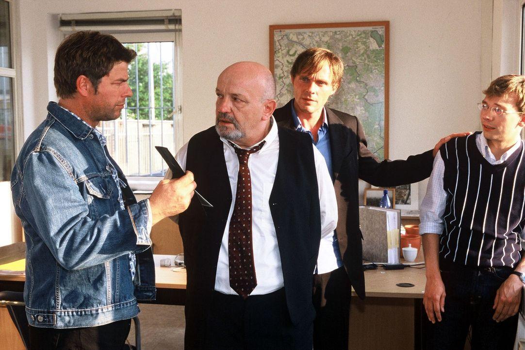 Jupp (Uwe Fellensiek, l.) verhaftet Karl Knauer (Walter Gontermann, 2.v.l.), während Falk (Dirk Martens, 2.v.r.) sich um dessen Sohn Peter (Oliver B... - Bildquelle: Münstermann Sat.1