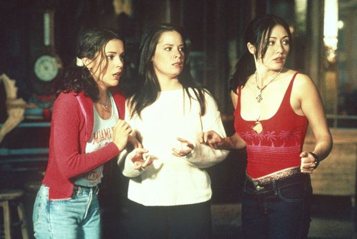 Charmed - Zauberhafte Hexen - Ein Dämon hetzt Phoebe (Alyssa Milano, l.), Pru...