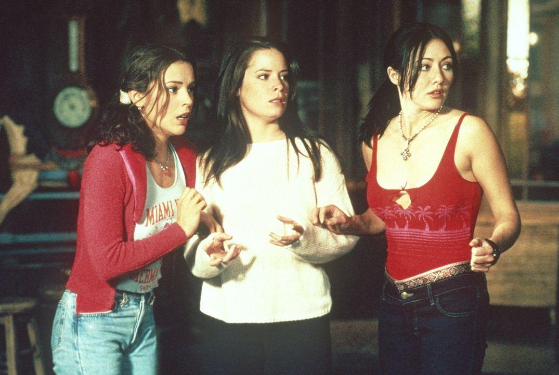 Ein Dämon hetzt Phoebe (Alyssa Milano, l.), Prue (Shannen Doherty, r.) und Piper (Holly Marie Combs, M.) brutale Killer aus verschiedenen Horrorfilm... - Bildquelle: Paramount Pictures