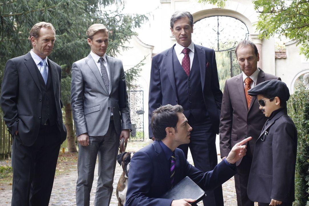 Adrian Sachs (Joachim Kappl, l.), Philip Sachs (Philipp Romann, 2.v.l.), Julius Aden (Günter Barton, 3.v.r.), Ludger Moorbach (Andreas Kruse, 2.v.r... - Bildquelle: SAT.1
