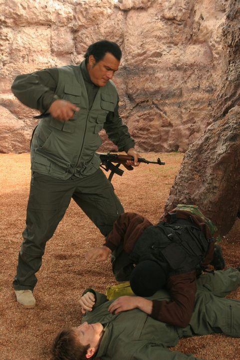 Im Orient beginnt für John Sands (Steven Seagal, l.) ein Kampf auf Leben und Tod ... - Bildquelle: Copyright   2007 Pueblo Film Distribution Limited. All Rights Reserved.