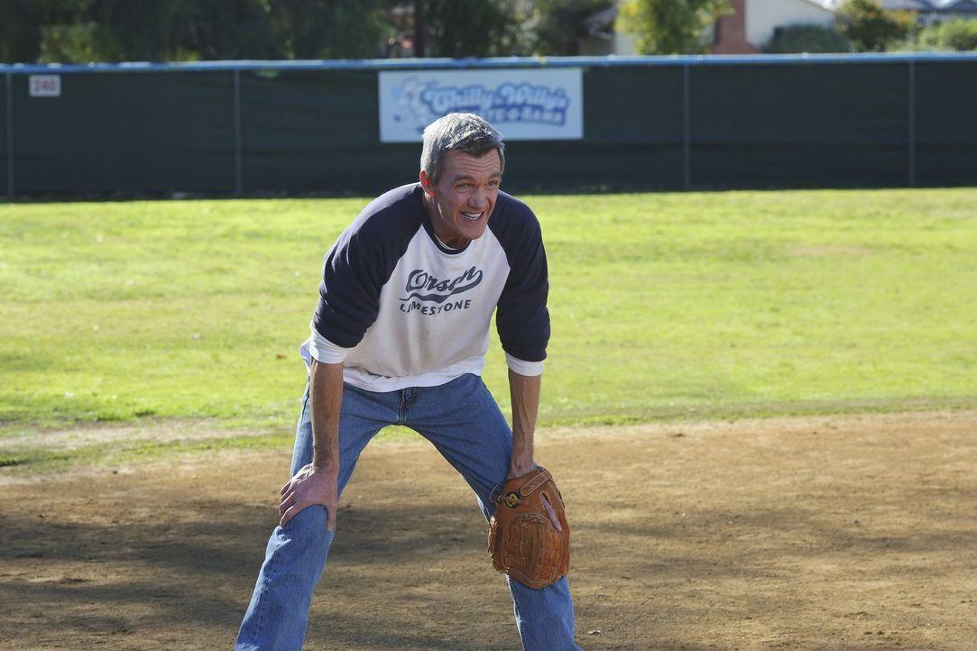 Während sich Mike (Neil Flynn) um das Softball-Team kümmert, verbringt Lexie den Spring Break bei den Hecks ... - Bildquelle: Warner Bros.