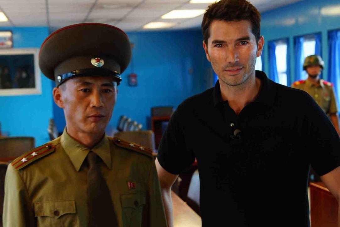 Nordkoreanischer Oberstleutnant (l.) und Stefan Gödde (r.) in einer Baracke an der Grenze zu Südkorea. Panmunjeom, die wohl bestbewachte Grenze der... - Bildquelle: ProSieben