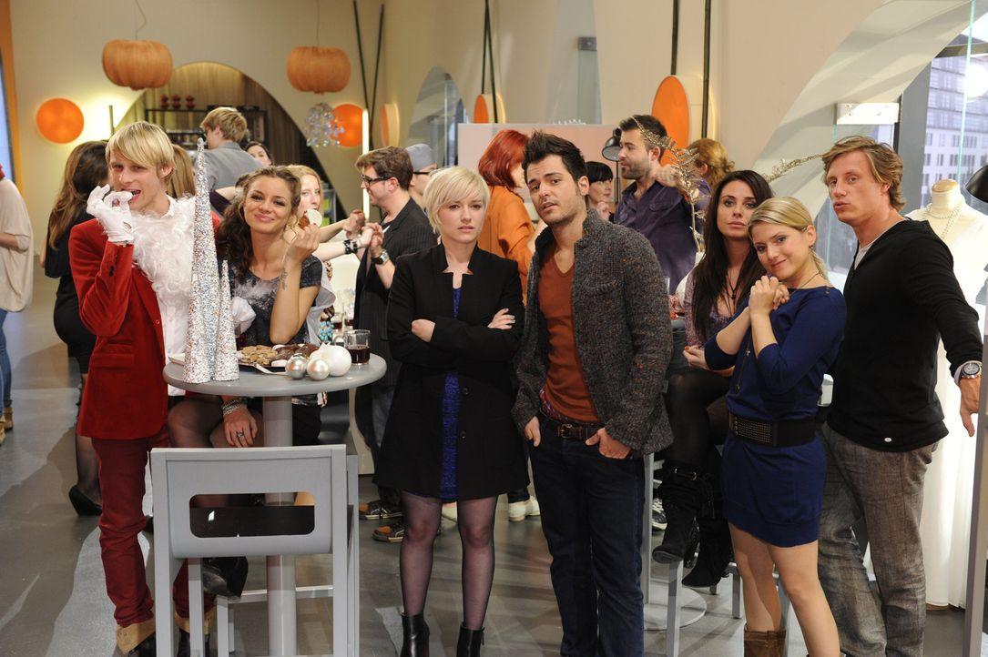 Nina muss ausgerechnet mit Luca ein Duett singen, woraufhin Olivia sich verletzt Maik zuwendet. (v.l.n.r.) Virgin (Chris Gebert), Minni (Iris Shala)... - Bildquelle: SAT.1