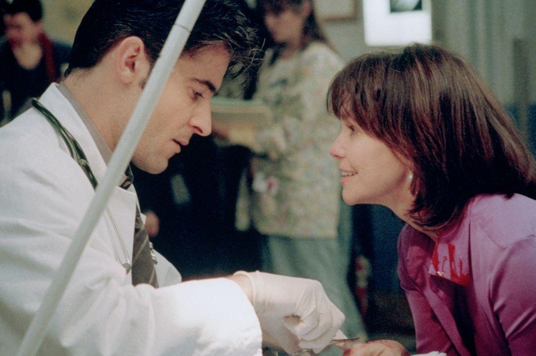 Dr. Kovac (Goran Visnjic, l.) muss sich der Annäherungsversuche der psychisch kranken Maggie (Sally Field, r.) erwehren. - Bildquelle: TM+  2000 WARNER BROS.