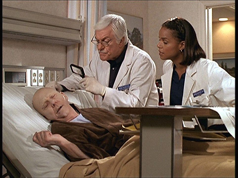 Mark (Dick Van Dyke, M.) und Amanda (Victoria Rowell, r.) finden den Künstler Art (William Christopher, l.) ermordet in seinem Krankenbett. - Bildquelle: Viacom