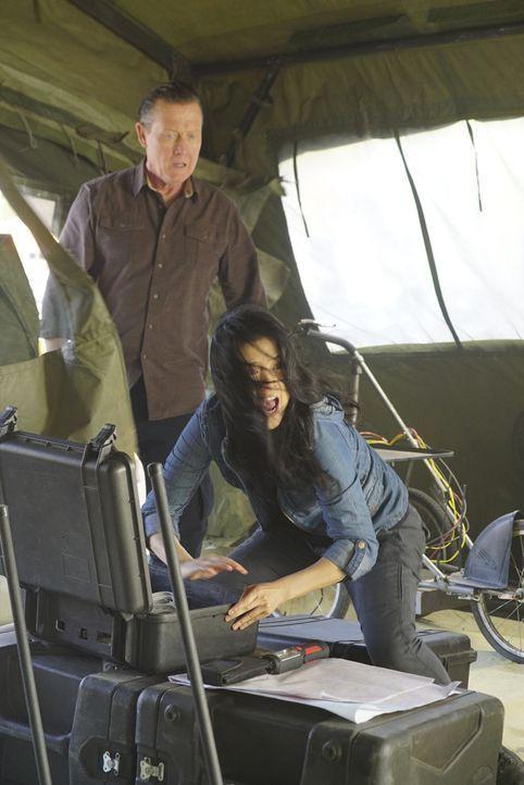 Eigentlich glaubten Cabe (Robert Patrick, l.) und Happy (Jadyn Wong, r.), dass sie zwei Tage Zeit hätten, um zu beweisen, dass auf einer vietnamesis... - Bildquelle: Monty Brinton 2016 CBS Broadcasting, Inc. All Rights Reserved.