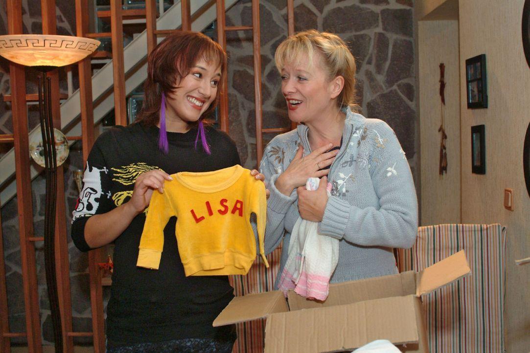 Helga (Ulrike Mai, r.) holt für Yvonne (Bärbel Schleker, l.) eine Kiste mit Babysachen von Lisa aus dem Keller und schwelgt in Erinnerungen. - Bildquelle: Monika Schürle Sat.1