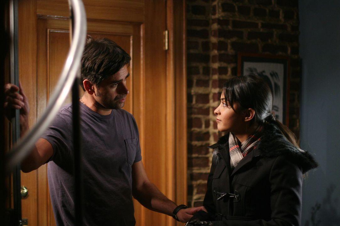 Fühlen sich zueinander hingezogen: Neela (Parminder Nagra, r.) und Tony (John Stamos, l.) ... - Bildquelle: Warner Bros. Television