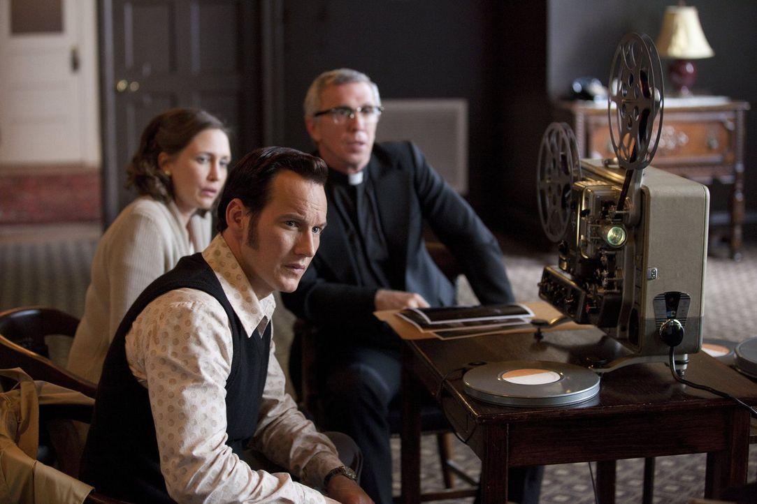 Während Ed (Patrick Wilson, M.) und Lorraine Warren (Vera Farmiga, l.) die Ermittlungsergebnisse einem befreundeten Priester (Steve Coulter, r.) vor... - Bildquelle: Warner Brothers