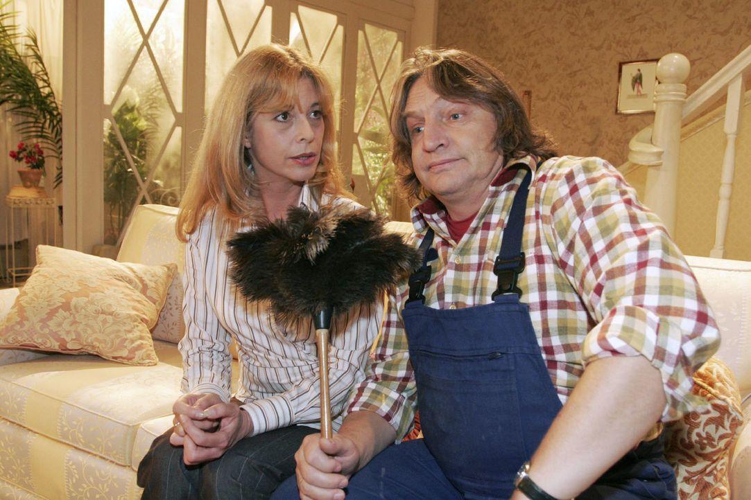 Bernd (Volker Herold, r.) redet sich bei Laura (Olivia Pascal, l.) seinen Kummer von der Seele. - Bildquelle: Noreen Flynn Sat.1