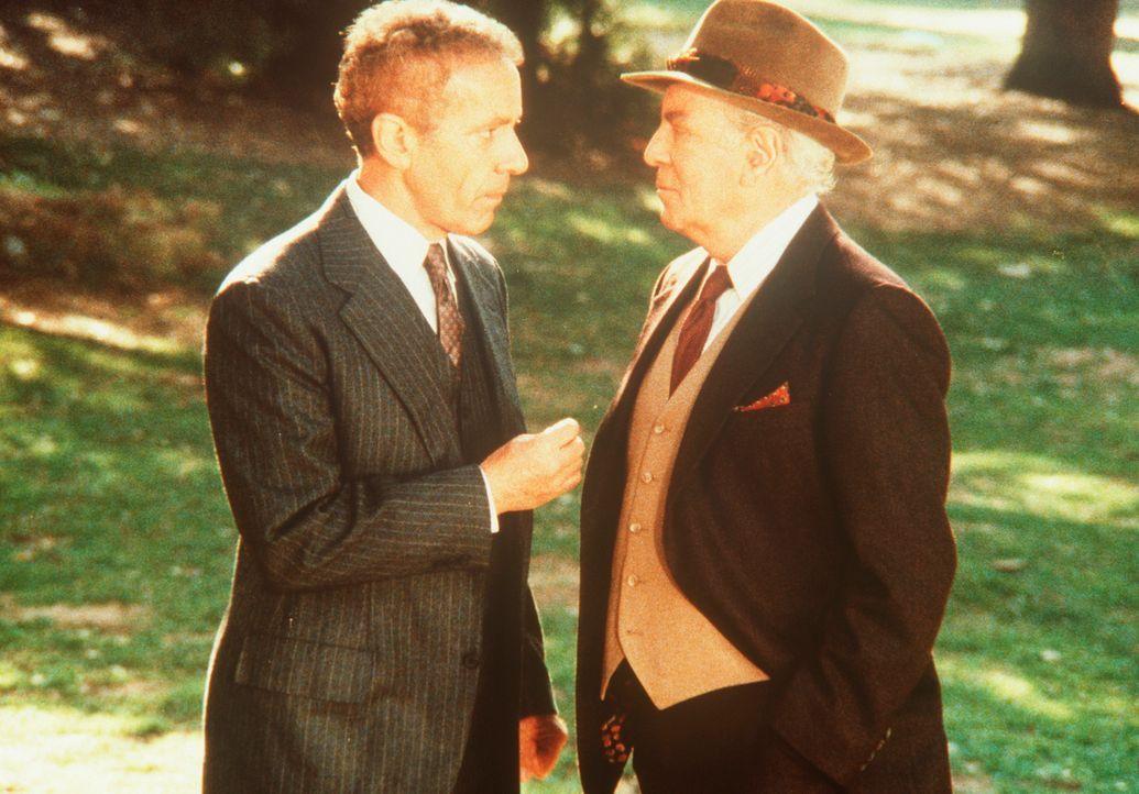 Der schwerreiche Hotelbesitzer Jay Armin (Stephen Elliott, r.) pflegt gute Kontakte zu den Agenten (l.) des KGB. - Bildquelle: CBS Television