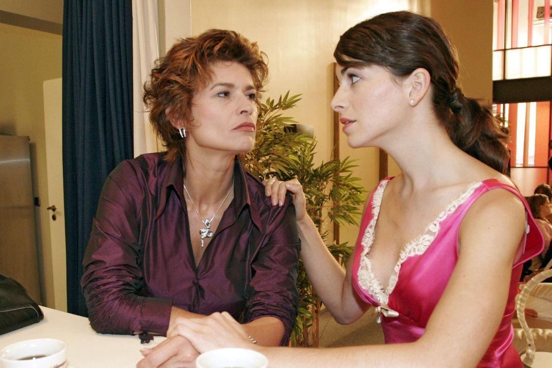 Mariella (Bianca Hein, r.) ist in großer Sorge um ihre Mutter Sophie (Gabrielle Scharnitzky, l.), die ihre Einsamkeit im Alkohol ertränkt. - Bildquelle: Noreen Flynn Sat.1