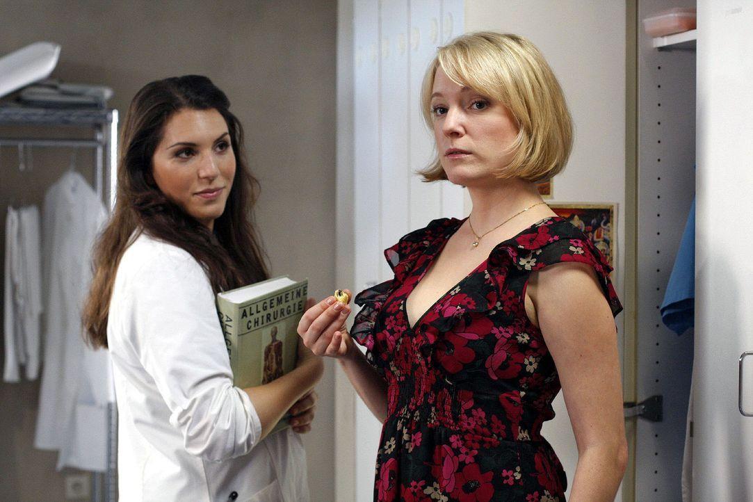 Doris (Sarah Becker, r.) ist in Gedanken wieder einmal auf der Suche nach ihrem Traummann und wird von Hülya (Eva-Maria Reichert, l.) deshalb versp... - Bildquelle: Noreen Flynn Sat.1