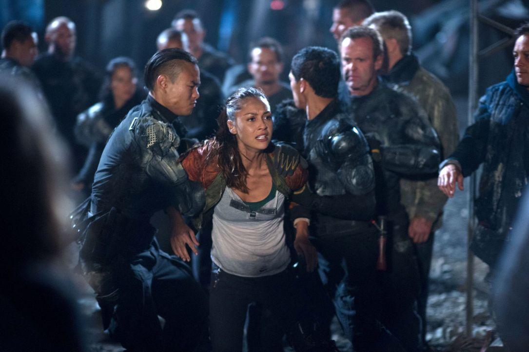 Wie weit würde Raven (Lindsey Morgan, M.) gehen, um Finn zu retten? - Bildquelle: 2014 Warner Brothers