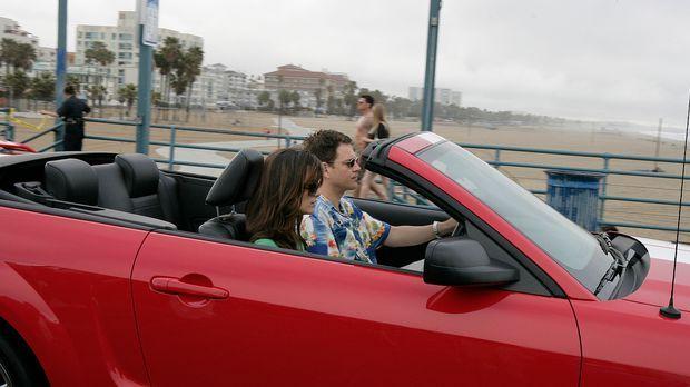 Ziva (Cote de Pablo, l.) und Tony (Michael Weatherly, r.) begleiten Jenny nac...