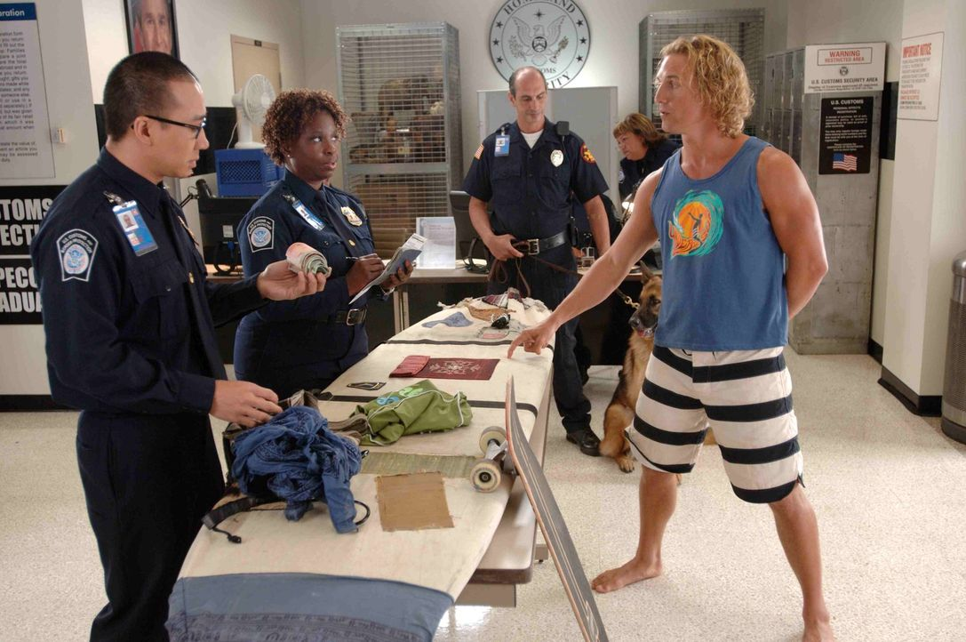 Surf-Profi Steve Addington (Matthew McConaughey, r.) zieht es zurück in seine Heimat Malibu. Dort angekommen, muss er sich erst mal den Fragen der...