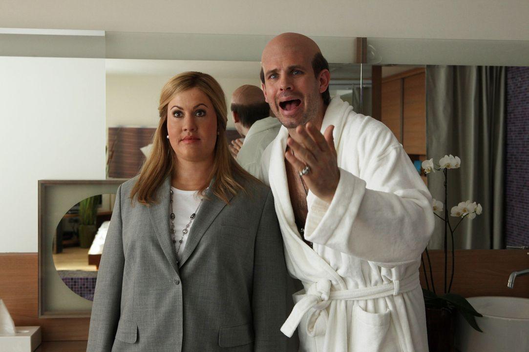 Während Starfriseur Roman Berger (Steffen Groth, r.) im Hotel eintrifft und ein großes Showevent plant, muss Jessica/Marie (Wolke Hegenbarth, l.)... - Bildquelle: Petro Domenigg SAT.1