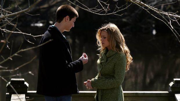 Nathan (James Lafferty, l.) legt sich ordentlich ins Zeug, um Haley (Bethany...