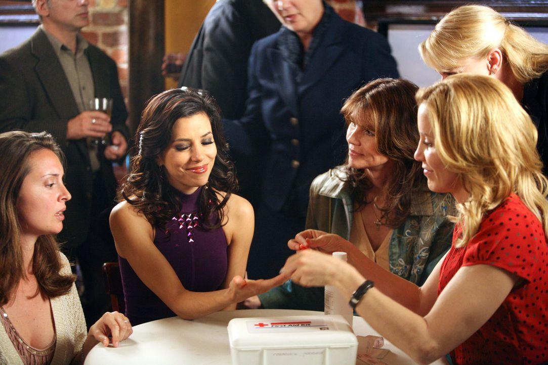 Als Gabrielle (Eva Longoria, 2.v.l.) auf ihrer Verlobungsparty erfährt, dass Edie und ihr Ex-Mann Carlos eine Affäre haben, ist sie außer sich und z... - Bildquelle: 2005 Touchstone Television  All Rights Reserved