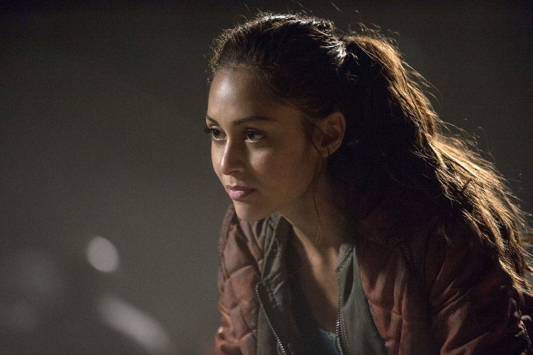 Während Raven (Lindsey Morgan) nach und nach bewusst wird, wie wenig Skrupel die Mountener haben, macht Octavia eine grausame Entdeckung ... - Bildquelle: 2014 Warner Brothers