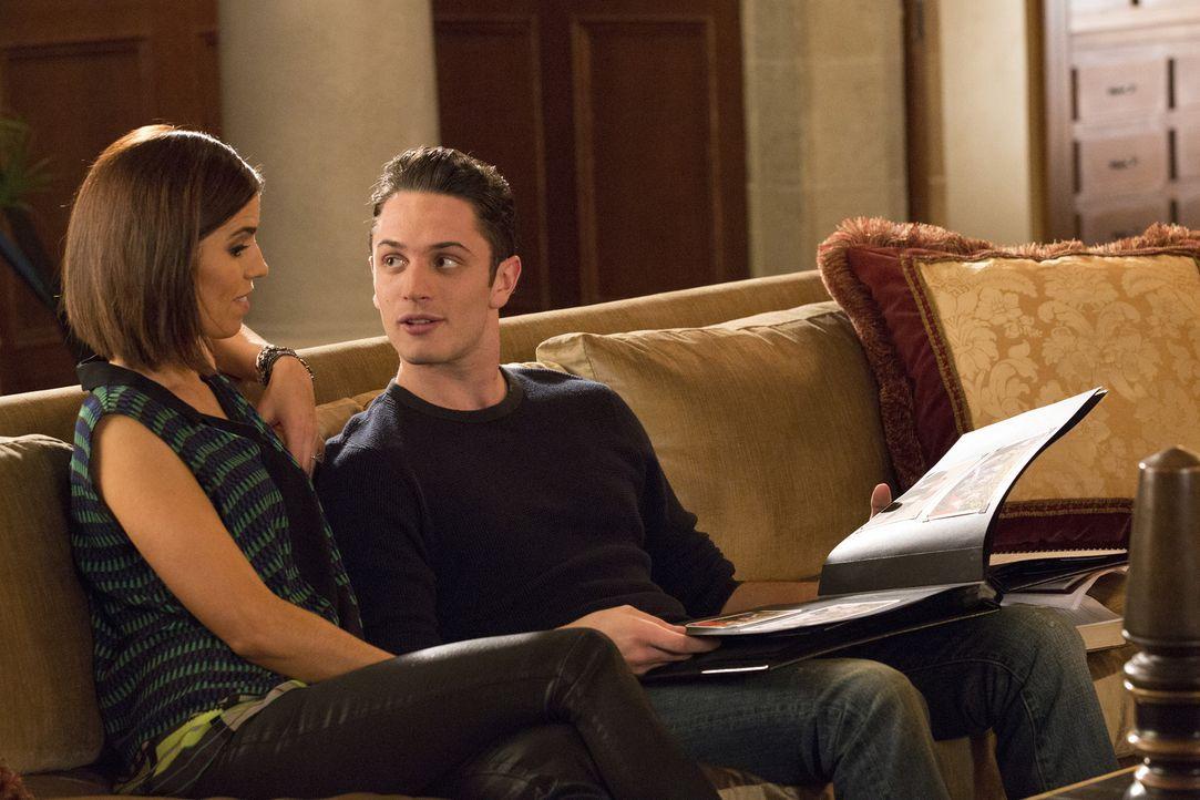 Als Marisol (Ana Ortiz, l.) erfährt, dass Ethan (Colin Woodell, r.) nicht weiß, wer sein Vater ist, wächst in ihr ein erschreckender Verdacht  ... - Bildquelle: 2014 ABC Studios
