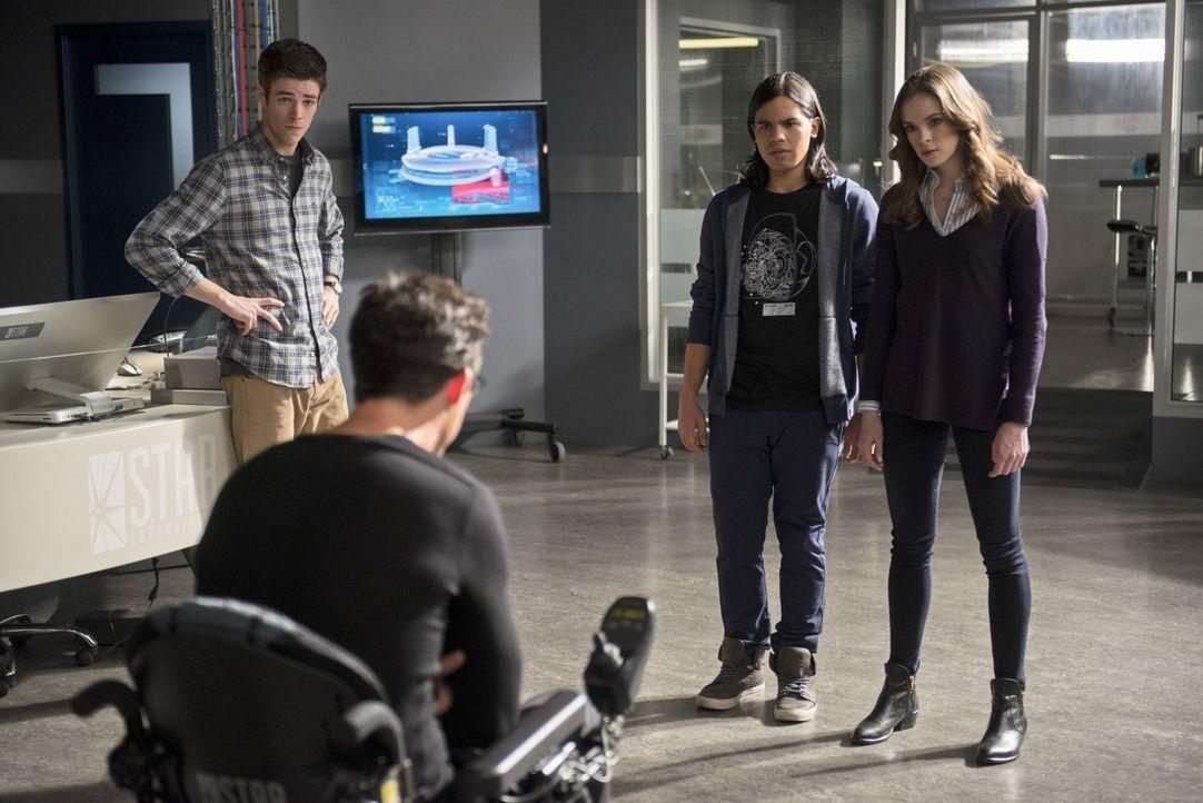 Als Ronnie einen Wissenschaftler tötet, machen sich Barry (Grant Gustin, l.), Harrison (Tom Cavanagh, 2.v.l.), Cisco (Carlos Valdes, 2.v.r.) und Cai... - Bildquelle: Warner Brothers.