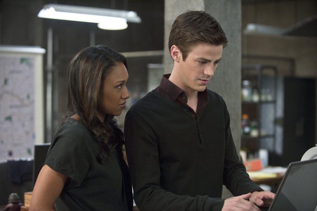 Während Barry (Grant Gustin, r.) versucht, weiter das Verbrechen in der Stadt zu bekämpfen, stellt Iris (Candice Patton, l.) Nachforschungen über de... - Bildquelle: Warner Brothers.