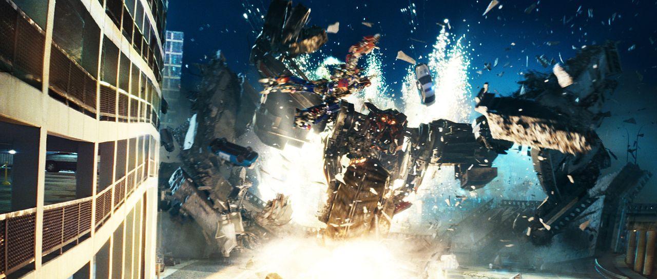 Die bösen Transformer, die Decepticons, wollen eine Weltuntergangsmaschine aus der Versenkung holen, während die guten, unter der Führung der so... - Bildquelle: MMIX DW STUDIOS L.L.C. and PARAMOUNT PICTURES CORPORATION. All Rights Reserved.