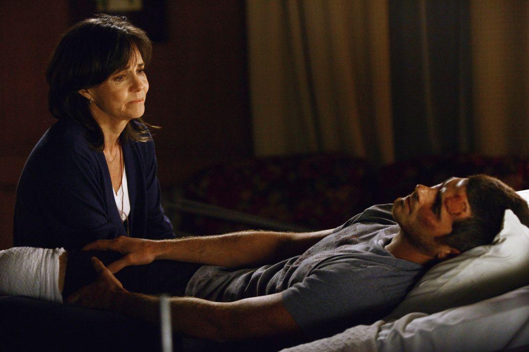 Sorgt sich um ihren Sohn Justin (Dave Annable, r.), welcher durch eine Bombenexplosion im Irak schwer verletzt wurde: Nora (Sally Field, l.)... - Bildquelle: Disney - ABC International Television
