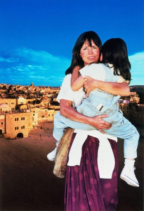 Für Betty Mahmoody (Sally Field, l.) ist klar, sie und ihre Tochter Mahtob (Sheila Rosenthal, r.) werden den Iran wieder verlassen  - und zwar geme... - Bildquelle: 1991 METRO-GOLDWYN-MAYER STUDIOS INC. All Rights Reserved.