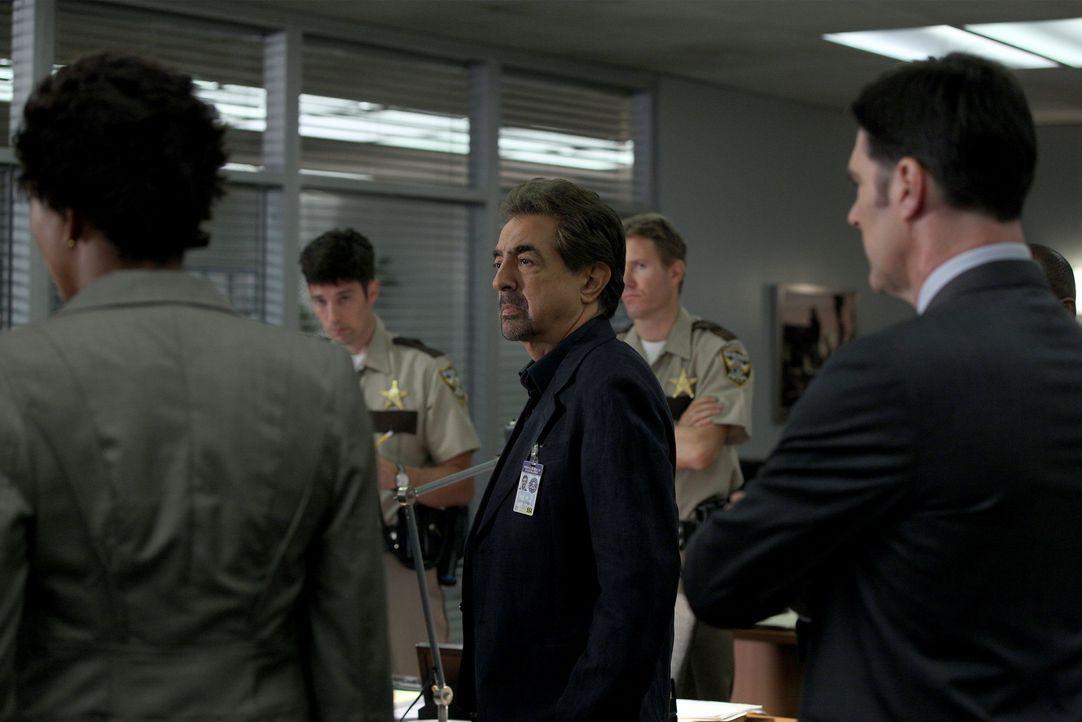 Rossi (Joe Mantegna, M.) und seine Kollegen müssen einen neuen Fall lösen, bevor es weitere Opfer gibt. Ein Wettlauf mit der Zeit beginnt ... - Bildquelle: Cliff Lipson ABC Studios