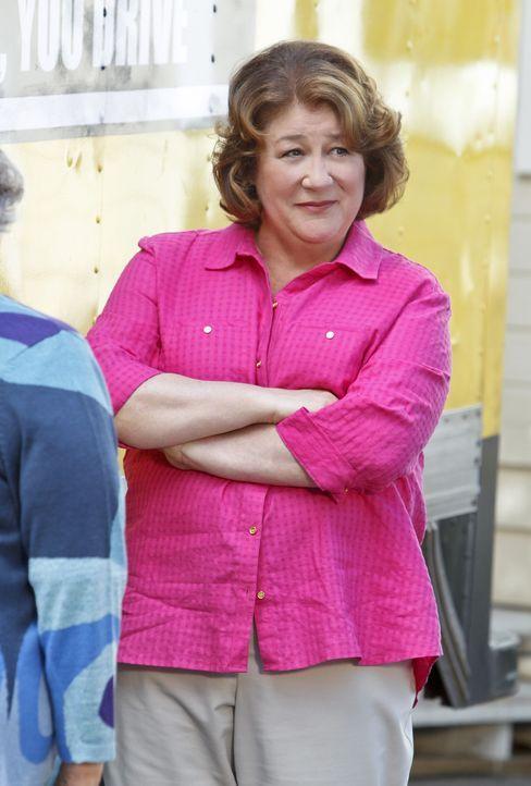 Nach der Scheidung ihres Sohnes muss das Familiengrab neu sortiert werden. Carol (Margo Martindale) nimmt die Sache in die Hand ... - Bildquelle: 2013 CBS Broadcasting, Inc. All Rights Reserved.