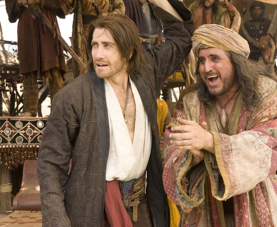 Auf der Fluchtr vor den Häschern seiner Brüder und Nizams Assassinen landet Dastan (Jake Gyllenhaal, l.) mit dem Dolch, der alle Wünsche erfülle... - Bildquelle: Andrew Cooper, Jonathan Prime Disney Enterprises, Inc. and Jerry Bruckheimer Inc.  All rights reserved
