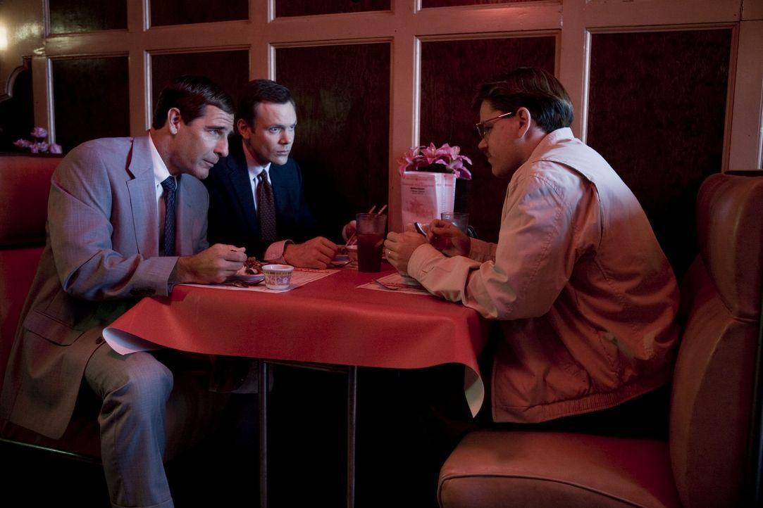 Die zuständigen FBI Agenten Brian Shepard (Scott Bakula, l.) und Robert Herndon (Joel McHale, M.) verzweifeln schier an ihrem Informaten Mark Whita... - Bildquelle: Warner Bros. Pictures