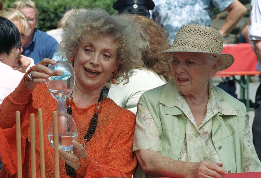 Franziska Bleibtreu (Ilse Neubauer, l.) und Resi Berghammer (Ruth Drexel, r.) vergnügen sich auf dem Fest der Feuerwehr zu ihrem hundertjährigen Bes... - Bildquelle: Hans Seidenabel Sat.1