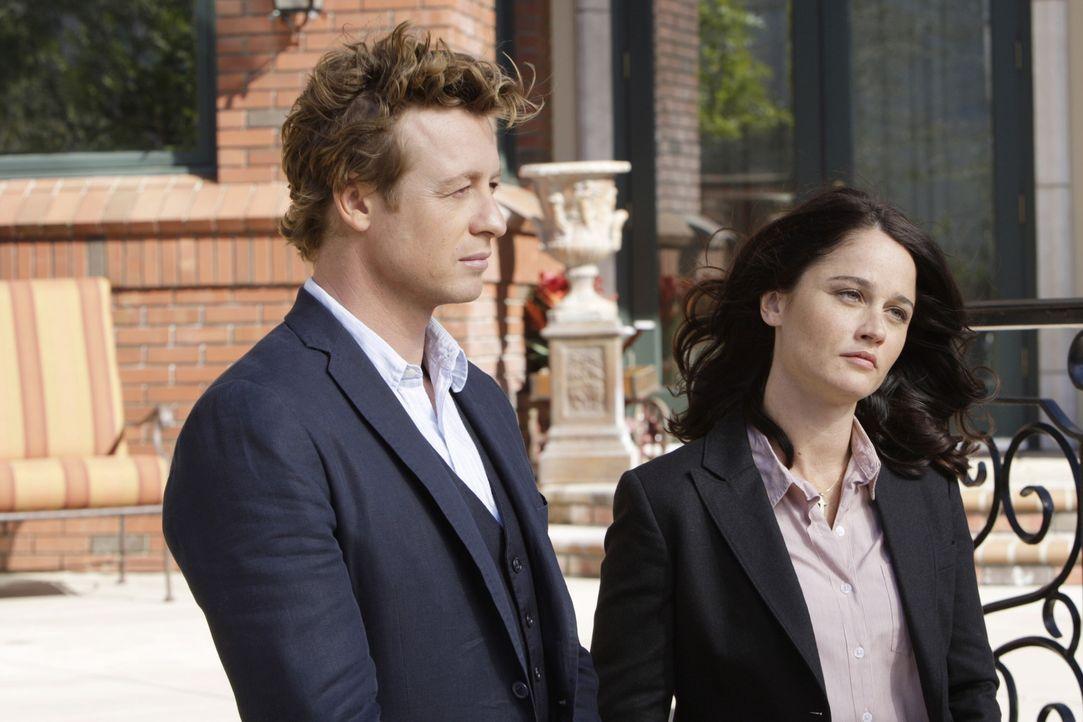 Ein neuer Fall bereitet Patrick Jane (Simon Baker, l.) und Teresa Lisbon (Robin Tunney, r.) Kopf zerbrechen ... - Bildquelle: Warner Bros. Television