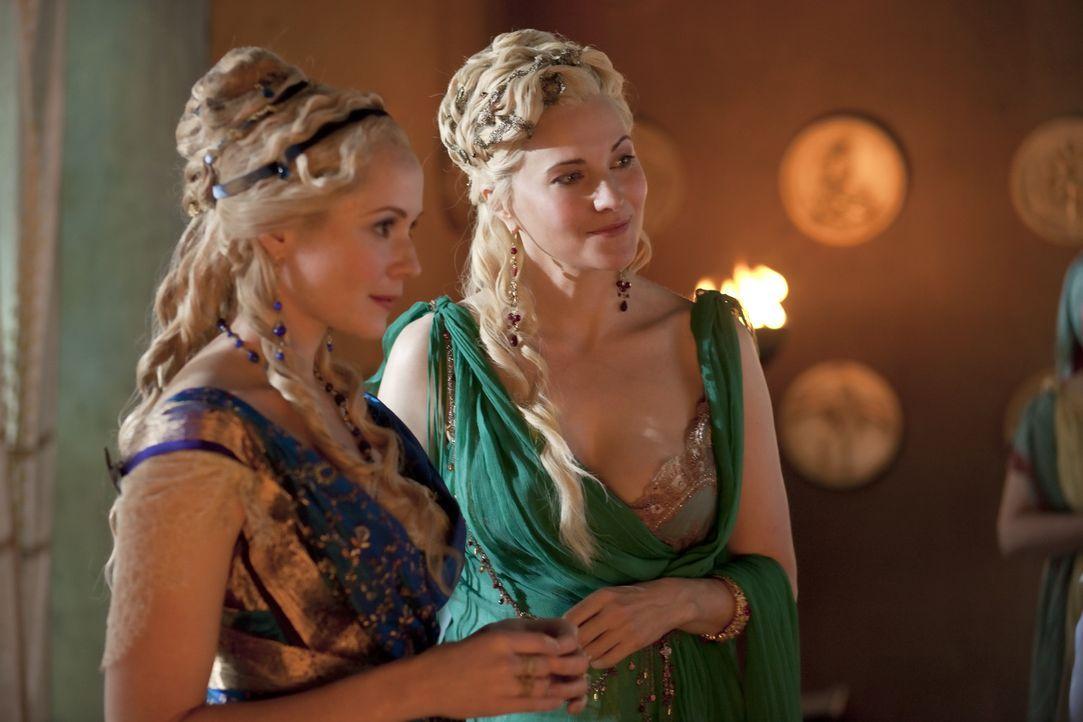 Die reiche und mächtige Licinia (Brooke Harman, l.), eine Cousine von Marcus Crassus, beauftragt Lucretia (Lucy Lawless, r.), den Wert der Gladiato... - Bildquelle: 2010 Starz Entertainment, LLC