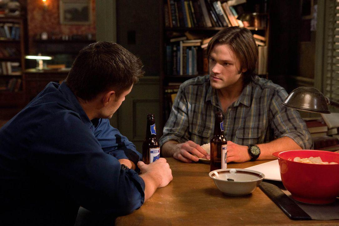 Für Sam (Jared Padalecki, r.) scheinen die letzten anderthalb Jahre gar nicht zu existieren, aber Dean (Jensen Ackles, l.) weiß, was im Kopf seines... - Bildquelle: Warner Bros. Television