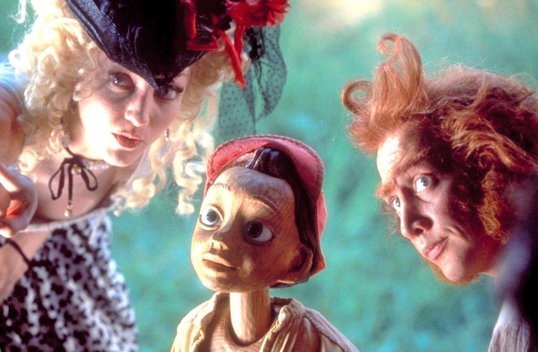 Hemmungslos prellen Felinet (Bebe Neuwirth, l.) und Volpe (Rob Schneider, r.) den naiven Pinocchio um sein ganzes Gold, womit dieser den unglücklic... - Bildquelle: Warner Bros.