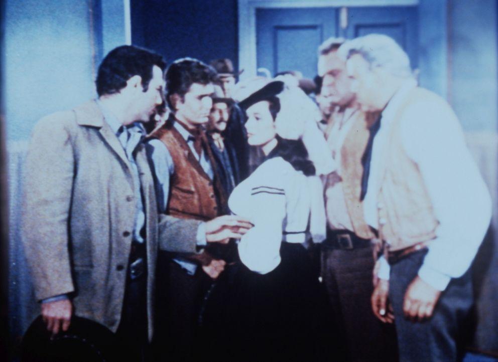 Adam (Pernell Roberts, l.), Little Joe (Michael Landon, 2.v.l.), Hoss (Dan Blocker, 2.v.r.) und Ben Cartwright (Lorne Greene, r.) haben die vermeint... - Bildquelle: Paramount Pictures