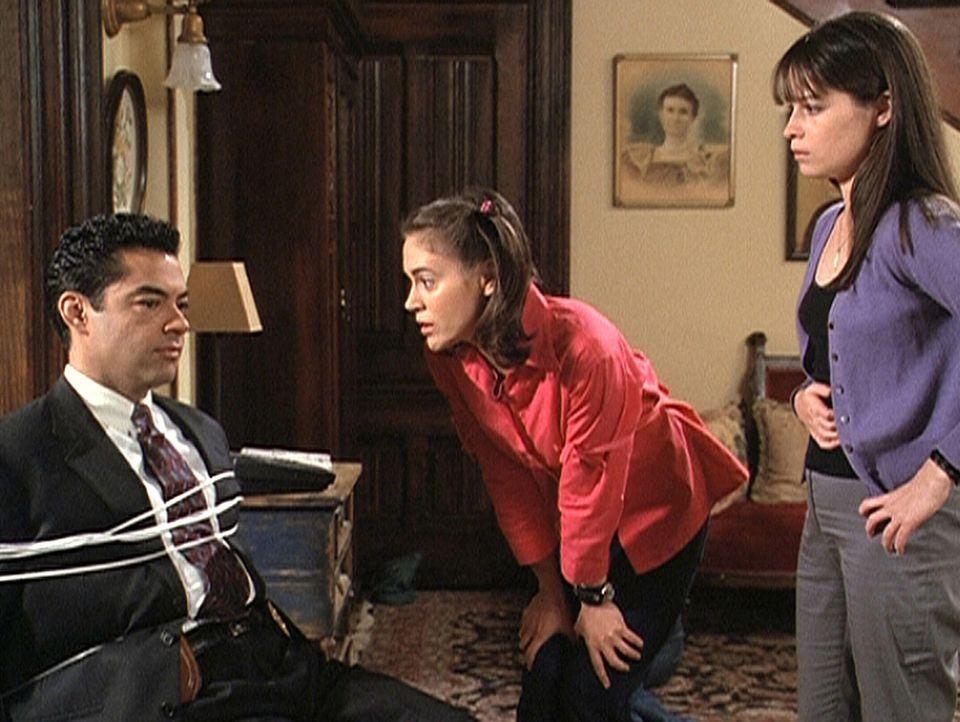 Phoebe (Alyssa Milano, M.) und Piper (Holly Marie Combs, r.) haben Rodriguez (Carlos Gomez, l.) gefesselt, um zu erfahren, wie sie Andy das Leben re... - Bildquelle: Paramount Pictures