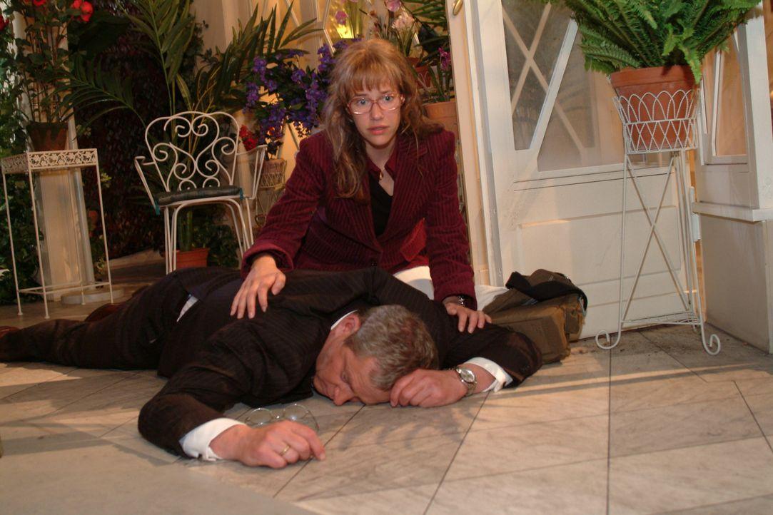 Verzweifelt versucht Lisa (Alexandra Neldel, r.) Friedrich (Wilhelm Manske, liegend) zu helfen, der nach einem Herzinfarkt vom Stuhl gefallen ist. (... - Bildquelle: Sat.1
