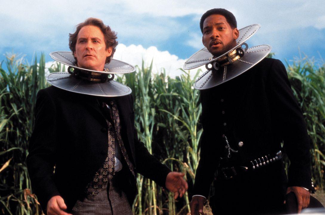 Nicht alle Erfindungen sind ein Segen für die Menschheit: die Regierungsagenten Jim West (Will Smith, r.) und Artemus Gordon (Kevin Kline, l.) ... - Bildquelle: Warner Bros. Pictures