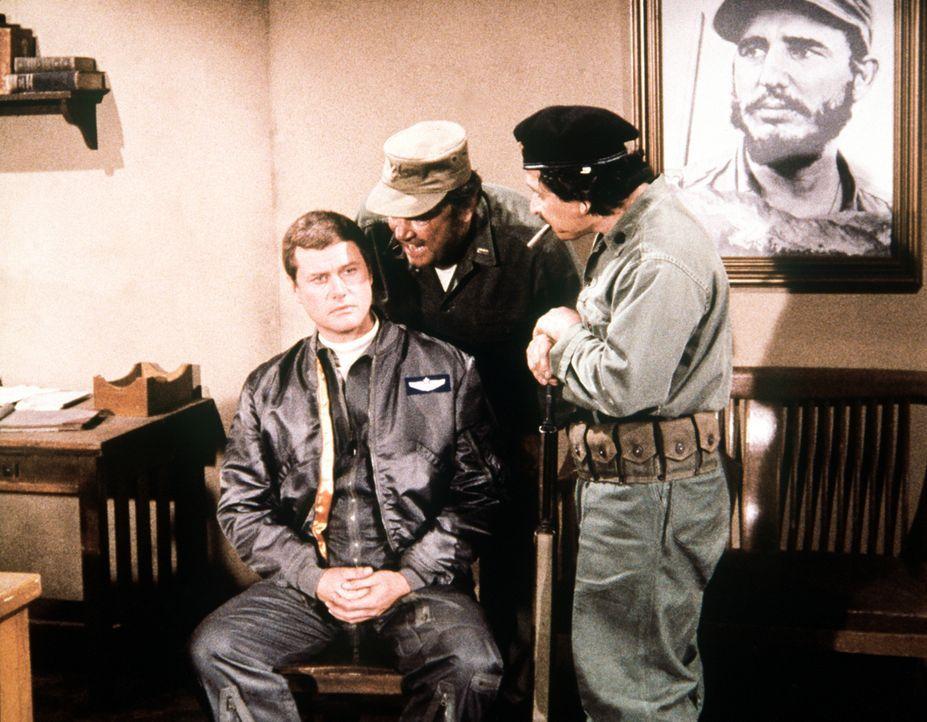 Tony (Larry Hagman, l.) wird auf Kuba gefangen gehalten, wo ihn Jeannie aus Versehen hingeblinzelt hat. - Bildquelle: Columbia Pictures