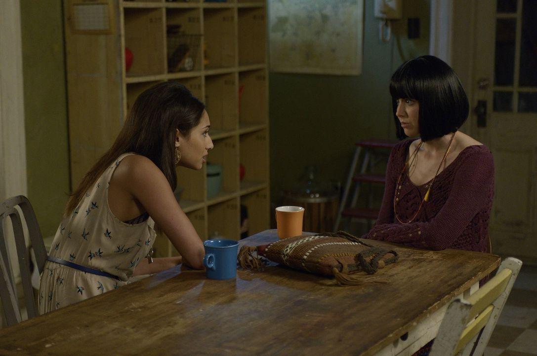 Während sich Nora Sorgen um Erin macht, setzt sich Sally (Meaghan Rath, l.) mit einer Freundin (Angela Galuppo, r.) aus ihrem früheren Leben in Verb... - Bildquelle: Phillipe Bosse 2013 B.H. 2 Productions (Muse) Inc. ALL RIGHTS RESERVED.