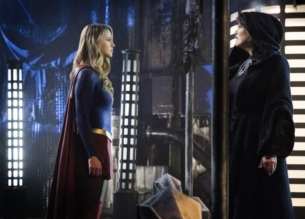 Auf der Suche nach Informationen begibt sich Kara alias Supergirl (Melissa Benoist, l.) auf einen gefährlichen Planeten, auf dem ihre Kräfte nicht f... - Bildquelle: 2017 Warner Bros.