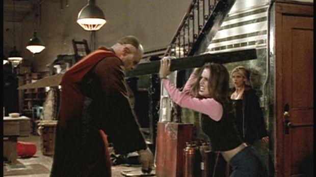 Buffy (Sarah Michelle Gellar, r.) wird Zeugin, wie sich Faith (Eliza Dushku,...