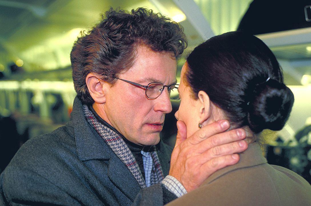 Während sie die Vorbereitungen für einen Paris-Trip mit ihrem Mann Mathias (Miroslav Nemec) trifft, wird die Fernsehmoderatorin Anna Riebauer (Claud... - Bildquelle: Frank Lemm ProSieben
