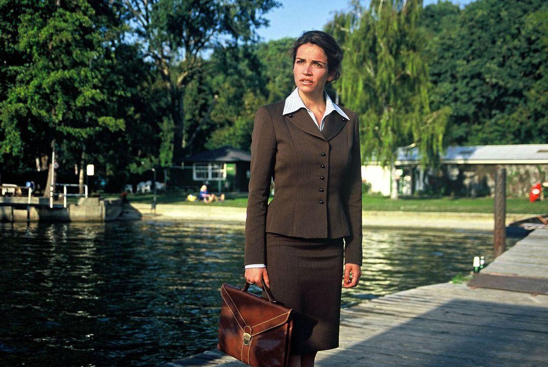 Sandra (Rebecca Immanuel) glaubt es nicht: Felix macht keinerlei Anstalten, in die Kanzlei zurück zu kommen. Er scheint Gefallen am einfachen Leben... - Bildquelle: Hardy Spitz Sat.1
